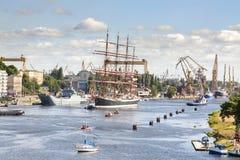 Seglingskepp som lämnar porten av Szczecin Arkivbilder