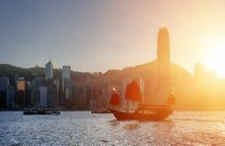 Seglingskeppet för traditionell kines med rött seglar, den Victoria hamnen arkivfoton
