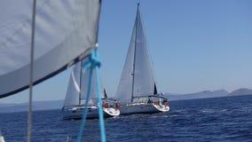 Seglingskeppet seglar i havet i stormigt väder segling Rader av lyxiga yachter på marinaskeppsdockan arkivfilmer