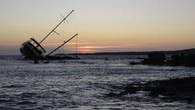 Seglingskeppet som strandas på, vaggar arkivfilmer