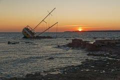 Seglingskeppet som strandas på, vaggar Arkivfoto