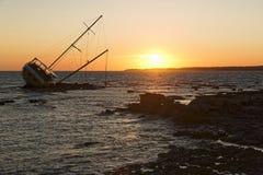 Seglingskeppet som strandas på, vaggar Royaltyfri Fotografi