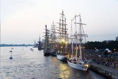 Seglingskyttlar av den internationella regattan i port Riga Arkivbild