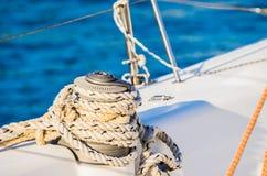 Seglingsport, nautiskt rep som binds på vinschen av segelbåtdäcket royaltyfria foton