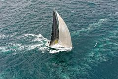 Seglingyachtlopp segling Segla yachten i havet Fotografering för Bildbyråer