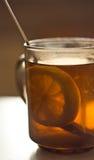 Segment de citron dans une cuvette de thé Images libres de droits