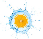 Segment de citron tombant dedans à l'eau Image stock