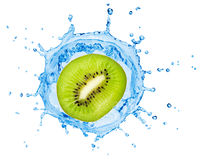 Segment de kiwi tombant dedans à l'eau Photo stock