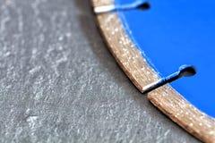 Segment diamentowy tnący dysk na tle szarość betonuje z miejscem dla kopii przestrzeni obrazy stock