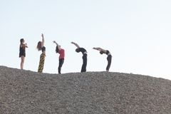 segment joga słońca witania cykl wykonujący pięć kobietami fotografia royalty free