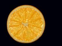 Segment van Oranje fruit op een zwarte achtergrond die met aroma barsten stock afbeeldingen