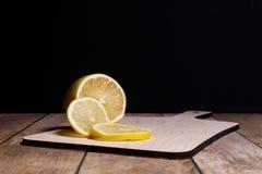 Segmente einer saftigen Zitrone stockfotografie