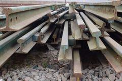 Segmenten spoorwegsporen in mooi die patroon worden naast station wordt gehouden geschikt dat stock foto's