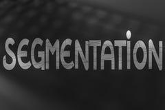Segmenteringtext med streckade linjer samkopiering över unfocused keybo arkivfoto