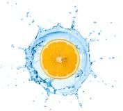 Segmento del limón que baja adentro al agua Imagen de archivo