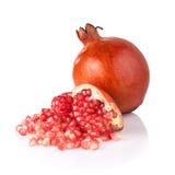 Segmento maturo della frutta del melograno isolato su fondo bianco Immagini Stock