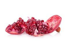 Segmento maturo della frutta del melograno isolato su fondo bianco Fotografia Stock