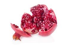 Segmento maturo della frutta del melograno isolato su fondo bianco Fotografia Stock Libera da Diritti