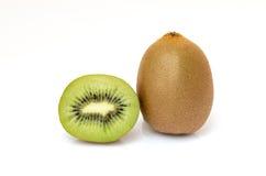 Segmentos cortados de la fruta de kiwi aislados Foto de archivo