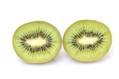 Segmentos cortados de la fruta de kiwi aislados Imagen de archivo