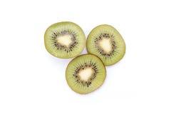 Segmentos cortados de la fruta de kiwi aislados en el recorte blanco del fondo Foto de archivo