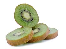 Segmentos cortados de la fruta de kiwi aislados en el recorte blanco del fondo imagenes de archivo