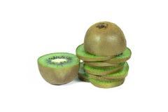 Segmentos cortados do fruto de quivi isolados no fundo branco com trajeto de grampeamento Imagem de Stock Royalty Free