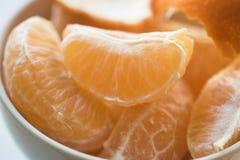 Segmentos da tangerina em uma bacia branca Fotos de Stock Royalty Free