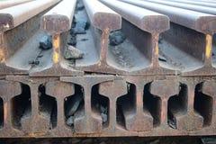 Segmentos das trilhas de estrada de ferro arranjadas no teste padrão bonito mantido ao lado da estação de trem foto de stock