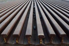 Segmentos de las pistas ferroviarias dispuestas en el modelo hermoso guardado al lado del ferrocarril fotos de archivo libres de regalías