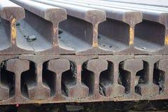 Segmentos de las pistas ferroviarias dispuestas en el modelo hermoso guardado al lado del ferrocarril fotos de archivo
