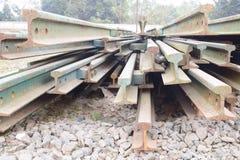 Segmentos de las pistas ferroviarias dispuestas en el modelo hermoso guardado al lado del ferrocarril fotografía de archivo libre de regalías