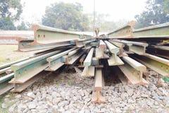 Segmentos de las pistas ferroviarias dispuestas en el modelo hermoso guardado al lado del ferrocarril imagenes de archivo