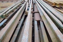 Segmentos de las pistas ferroviarias dispuestas en el modelo hermoso guardado al lado del ferrocarril foto de archivo libre de regalías
