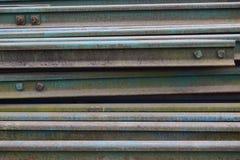 Segmentos de las pistas ferroviarias dispuestas en el modelo hermoso guardado al lado del ferrocarril imagen de archivo