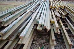 Segmentos de las pistas ferroviarias dispuestas en el modelo hermoso guardado al lado del ferrocarril imagen de archivo libre de regalías