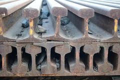 Segmentos de las pistas ferroviarias dispuestas en el modelo hermoso guardado al lado del ferrocarril foto de archivo