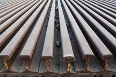 Segmentos de las pistas ferroviarias dispuestas en el modelo hermoso guardado al lado del ferrocarril fotografía de archivo