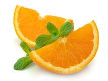 Segmentos de una naranja con la menta Fotografía de archivo libre de regalías