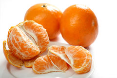 Segmentos do Tangerine na placa fotos de stock