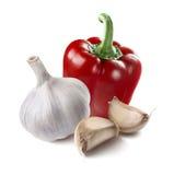 Segmentos enteros del ajo de la pimienta roja aislados en el fondo blanco Fotografía de archivo libre de regalías