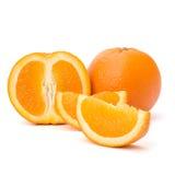 Segments oranges découpés en tranches de fruit d'isolement sur le fond blanc Images libres de droits