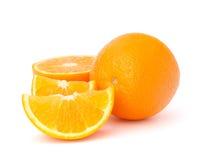 Segments oranges découpés en tranches de fruit d'isolement sur le fond blanc Image stock