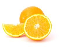 Segments oranges découpés en tranches de fruit d'isolement sur le fond blanc Image libre de droits
