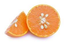 Segments oranges découpés en tranches de fruit d'isolement sur le fond blanc Photographie stock libre de droits