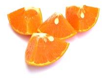 Segments oranges découpés en tranches de fruit d'isolement sur le fond blanc Photos libres de droits