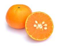 Segments oranges découpés en tranches de fruit d'isolement sur le fond blanc Photographie stock