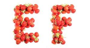 Segna l'alfabeto con lettere delle fragole mature rosse Fotografia Stock