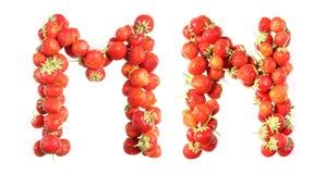 Segna l'alfabeto con lettere delle fragole mature rosse Immagini Stock Libere da Diritti