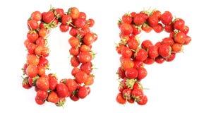 Segna l'alfabeto con lettere delle fragole mature rosse Fotografie Stock
